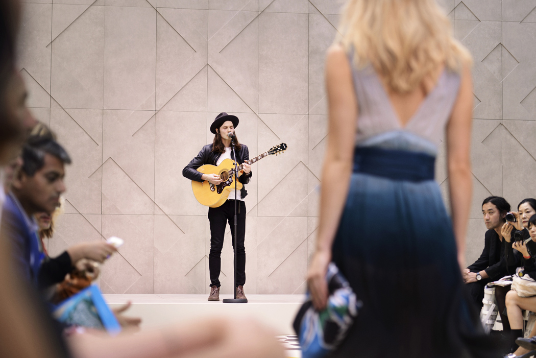 sJames Bay performing live at the Burberry Prorsum Womenswear Spring Summer 2015 Sho_002